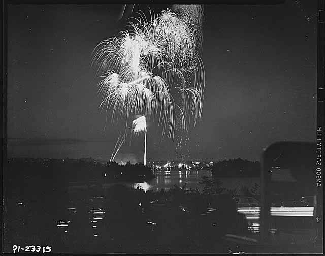 Independence_Day_fireworks_over_Green_Lake_Seattle_July_4_1947