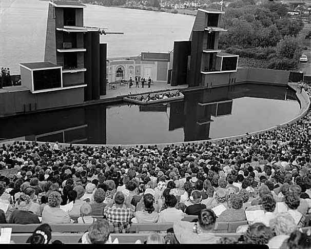 Aqua_Theatre_at_Green_Lake_during_opening_day_of_the_musical_Silk_Stockings_Seattle_1961